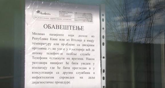 Obaveštenje na vratima Doma zdravlja u Obrenovcu
