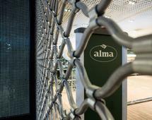 Alma prowadziła w przeszłości sieć delikatesów