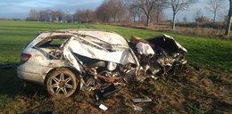 Mercedes zatrzymał się w polu. Została z niego miazga