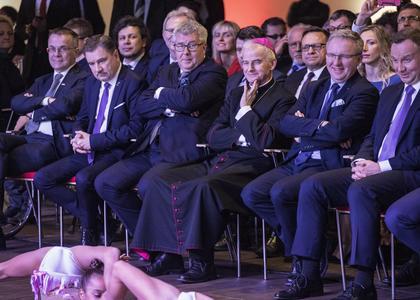Zdjęcie z młodymi gimnastyczkami hitem internetu. Przesadna radość VIP-ów -  Społeczeństwo - Newsweek.pl