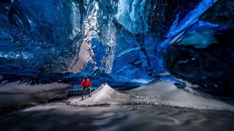 Lodowa jaskinia pod lodowcem Vatnajokull na Islandii