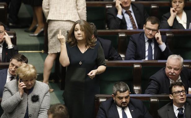 Joanna Lichocka w Sejmie i środkowy palec