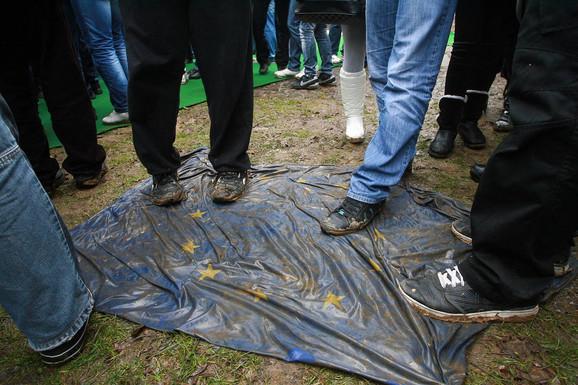Gaženje zastave EU tokom skupa za Dan državnosti Srbije u Orašcu