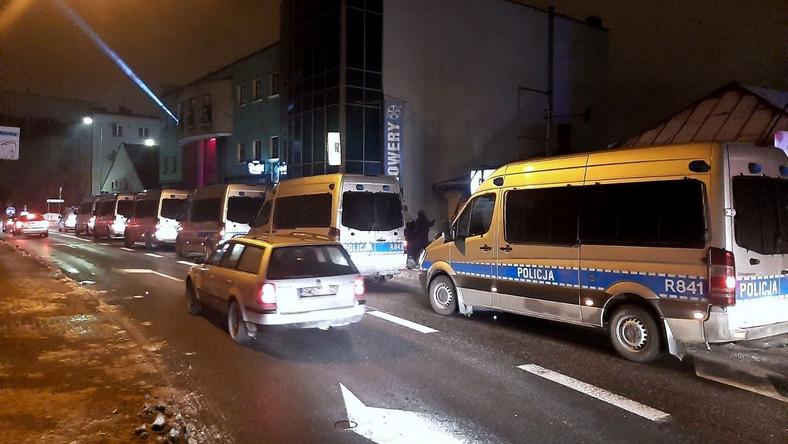 Interwencja policji pod otwartym wbrew zakazowi klubem nocnym w Rybniku PAP/Policja Śląska