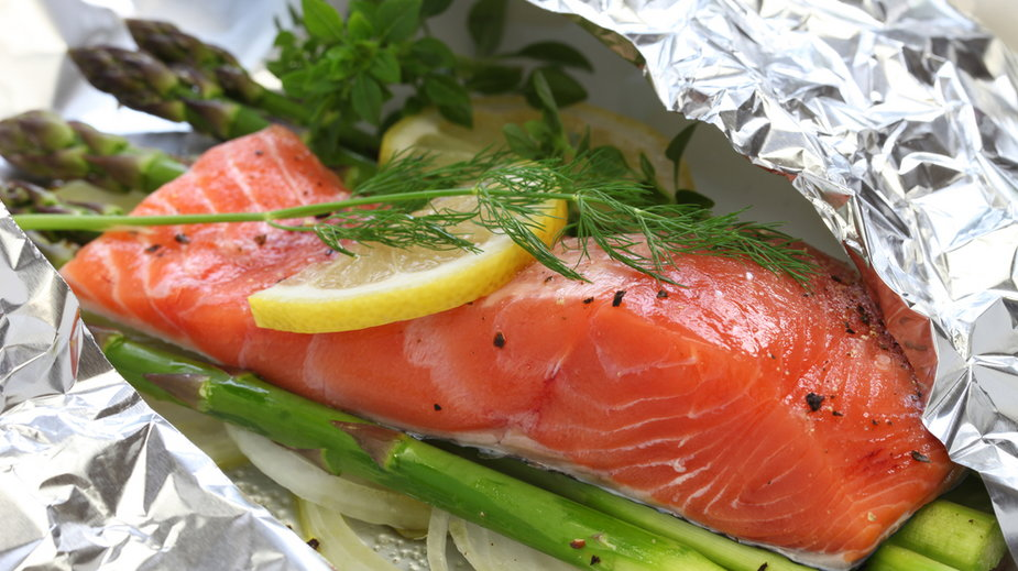 Naukowcy ostrzegają, że używanie folii aluminiowej do przygotowywania potraw i jej podgrzewanie przyczynia się do wielu chorób