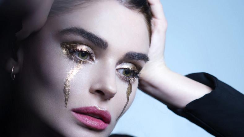 """– Aimée jest trochę nieśmiała, ale ma fantastyczny głos –mówi o niej ojciec. Artystka, pod szyldem ARO, właśnie opublikowała klip do piosenki """"Raining Gold"""". Numer ukazał się na singlu zapowiadającym premierową EP-kę"""