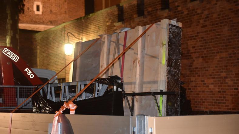 Jak mówił ks. Zdzisław Sochacki podczas montażu sarkofagu największym wyzwaniem było zniesienie ciężkich, kamiennych płyt do krypty, wykonawcy nie mogli używać urządzeń, wszystko robili ręcznie. Prace rozpoczęły się o 19.30, a skończyły o 4 nad ranem.