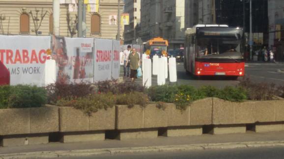 Pešaci se kreću pored autobusa