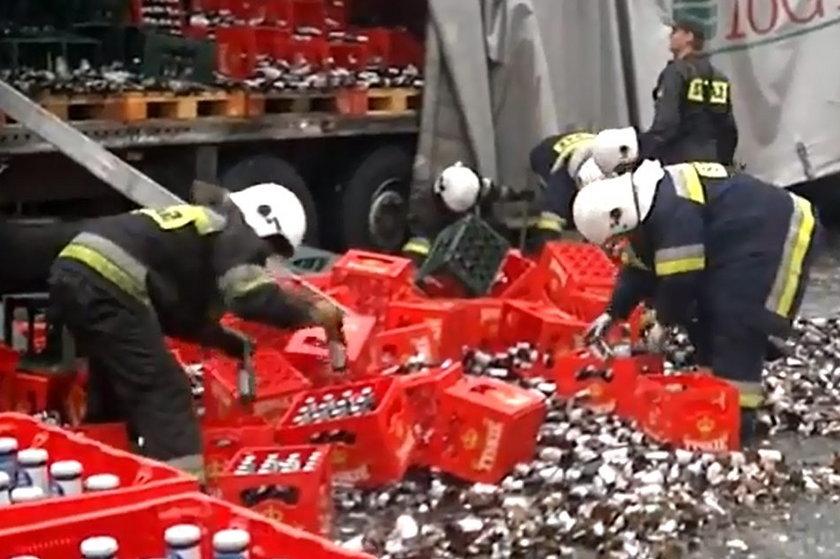 Strażacy sprzątają butelki z piwem