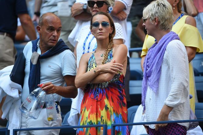 Jelena sa Novakovim menadžerom i njegovom suprugom