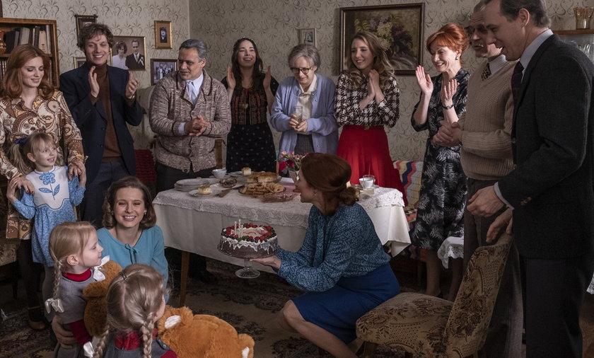 """Kadr z 3. sezonu serialu """"Stulecie Winnych""""."""