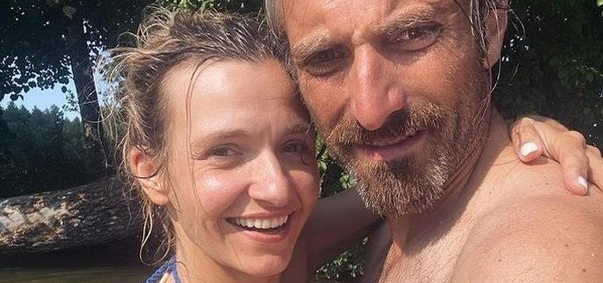 Joanna Koroniewska pozuje w bikini. Gwiazda zdobyła się na szczere wyznanie: mój mąż ma większy