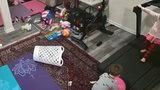 Dziecko bawiło się obok włączonej bieżni, nagle stało się coś przerażającego! Nagranie wywołuje ciarki na plecach