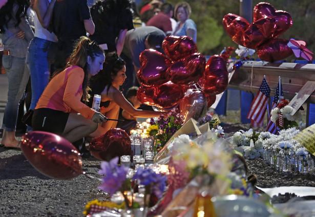 Rasowe napięcia to wielki problem, ale tragedie wynikają z powodu niekontrolowanego dostępu do broni palnej, jaki gwarantuje obywatelom USA druga poprawka do konstytucji.