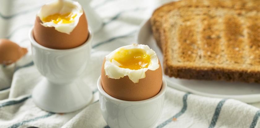 Nękała kobietę za jedzenie jajek w pociągu. Teraz musi zapłacić