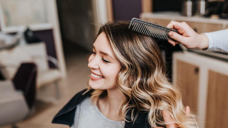 Kobieta u fryzjera. Farbowanie włosów