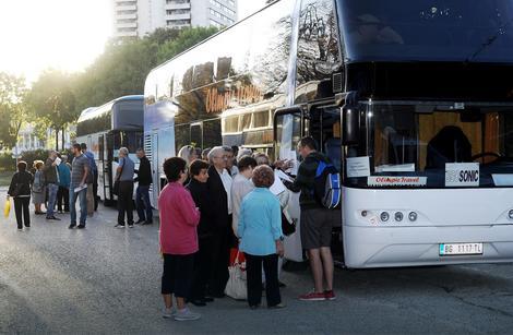 Na Srebrno jezero otputovalo je danas 300 penzionera sa Palilule
