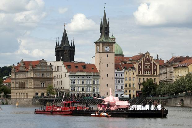 Praga, Różowy czołg - rzeźba Davida Cernego powróciła po 20 latach