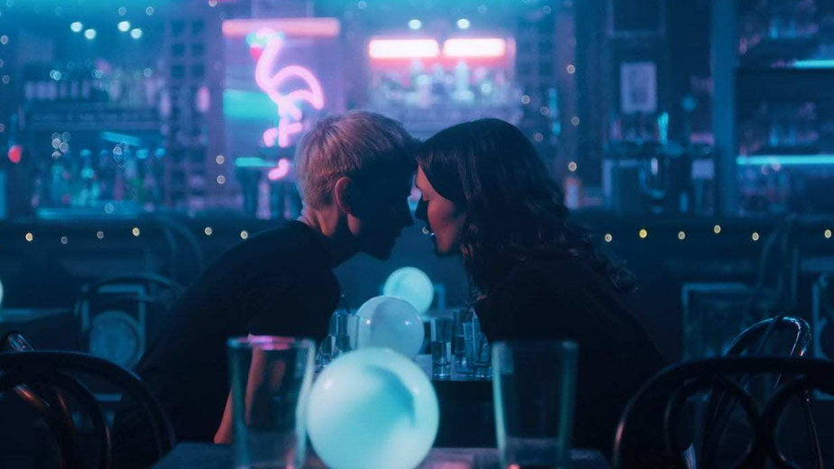 "Mae Martin i Charlotte Ritchie w scenie z serialu ""Feel Good"""