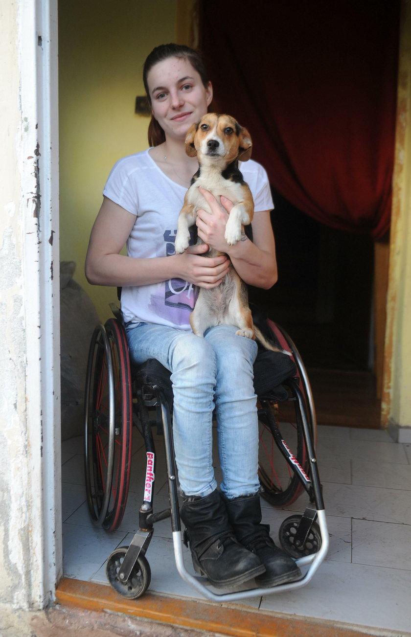 20-latka porusza się na wózku przez ojca, który chciał ją zabić