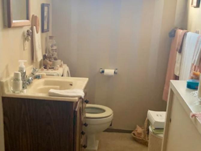 Ušla sam u kupatilo bake svog dečka i kad sam pogledala u pod, ZAPANJILA SAM SE: Ko još radi ovakve stvari?