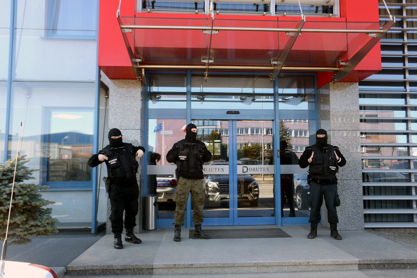Ochroniarze z firmy Krzysztofa Rutkowskiego strzegą wejścia do jej siedziby