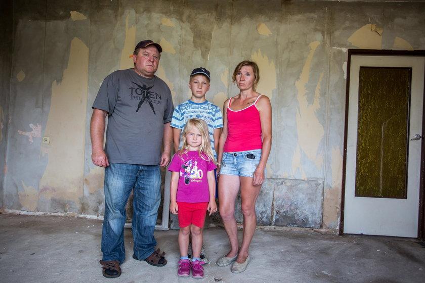 Rodzina Kaczmarków w zniszczonym domu