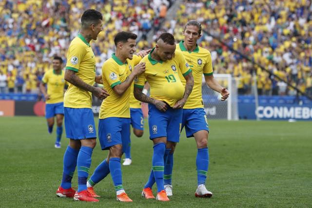 Fudbalska reprezentacija Brazila slavi jedan od pet pogodaka u pobedi nad Peruom
