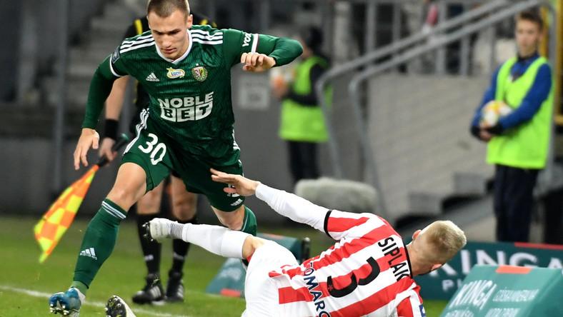 Piłkarz Cracovii Michal Siplak (P) i Kamil Dankowski (L) ze Śląska Wrocław podczas meczu Ekstraklasy