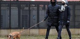"""Krzysztof Ibisz to ma """"szczęście""""! Gwiazdor sprzątał po swoim psie, a następnie wdepnął w..."""