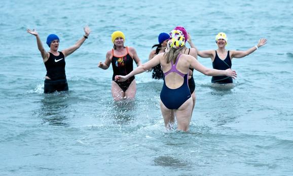 Mnogi se bar jednom nedeljno okupaju u hladnoj vodi