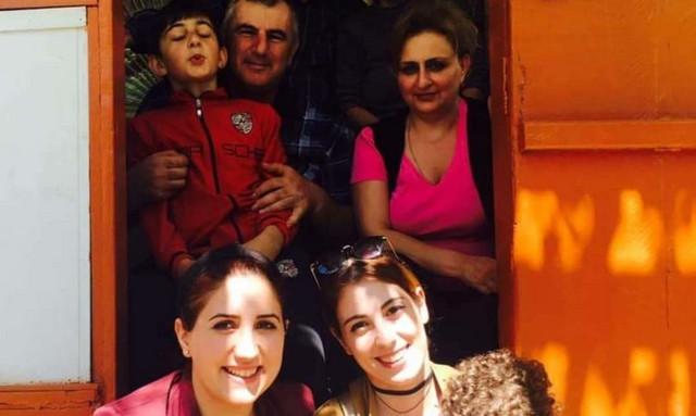 Irina Safarjan (dole levo) s porodicom u Hardutu