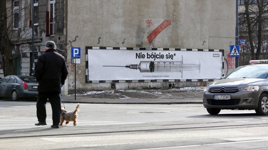 Bilboard zachęcający do szczepień pojawił się na rogu Zielonej i Strzelców Kaniowskich w Łodzi