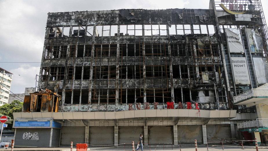 Spalone centrum handlowe należące do wojska w śródmieściu Rangunu, Mjanma