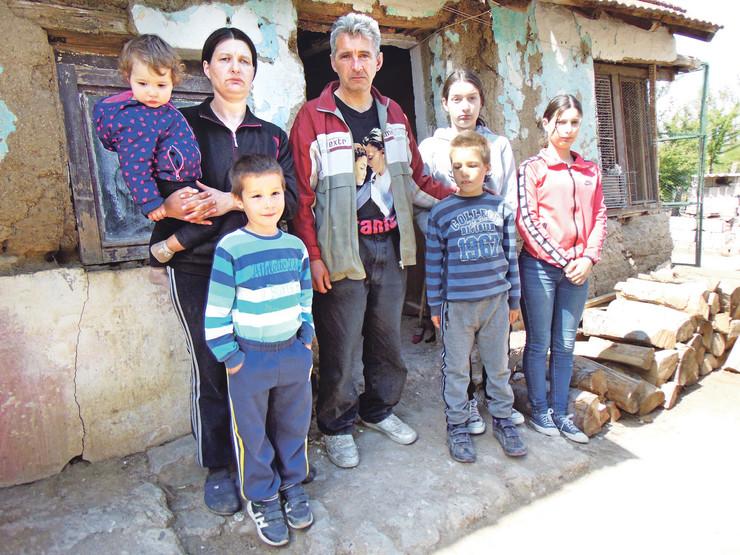 NIS021 Sasa Petrovic i Bojana Miladinovic iz Zitkovca kod Aleksinca sa decom foto Branko Janackovic