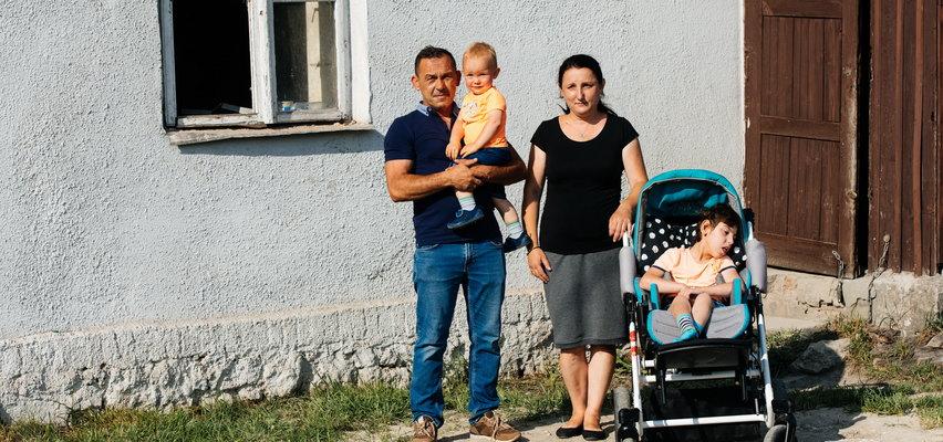 Czteroosobowa rodzina żyła na 20 metrach. Dzięki ekipie Dowbor zamieszkają w wymarzonym domu. Zdjęcia robią ogromne wrażenie!