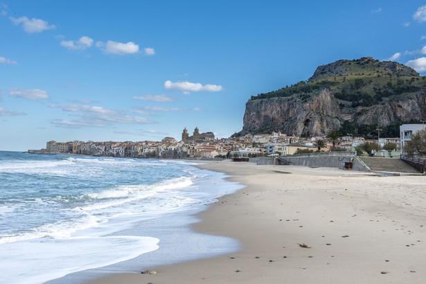 Cefalù – plaża idealna dla rodzin Cefalù leży na północnym wybrzeżu Sycylii, nieco ponad godzinę drogi od centrum Palermo, i jest wprost wymarzonym miejscem na wakacje. Uznane za jedną z najpiękniejszych włoskich miejscowości, zachwyca wspaniałym położeniem. Średniowieczna zabudowa rozciąga się wzdłuż skał okalających zatokę w kształcie półksiężyca. Pomiędzy miasteczkiem a turkusową wodą znajdziemy ponad kilometrowy pas miękkiego, złotego piasku. Wygrzewając się w słońcu, można podziwiać otoczoną palmami średniowieczną katedrę, wspartą o skaliste klify lub wpatrywać się w bezkresny błękit. Spokojne, ciepłe wody zatoki są idealne dla rodzin z dziećmi, tym bardziej, że w razie gdyby znudziły im się kąpiele, szybko można zorganizować dodatkowe atrakcje w miasteczku. Cefalù od wieków jest znane ze swojego imponującego dziedzictwa kulturowego, z wieloma spektakularnymi zabytkami. – Wspomniana katedra górująca nad miastem może poszczycić się bizantyjską mozaiką z 1148 roku – cały obiekt od 2015 roku widnieje na liście światowego dziedzictwa UNESCO. Warto też wybrać się wspólnie do La Rocca, dawnej arabskiej cytadeli, wybudowanej na urwistej skale górującej nad miastem. Choć wspinaczka zajmuje około godziny, na miejscu można podziwiać można najlepsze widoki na Cefalù – mówi Piotr Wilk, przedstawiciel biura Rainbow.
