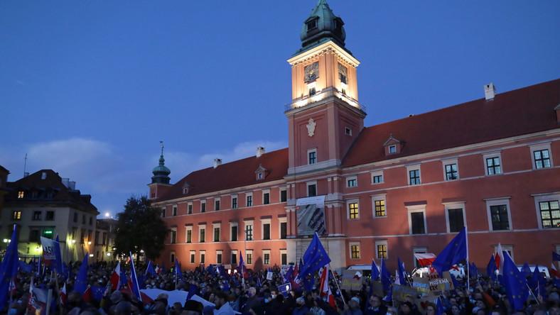 Manifestacja poparcia dla obecności Polski w Unii Europejskiej na pl. Zamkowym w Warszawie