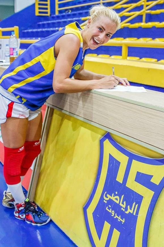 Milica Dabović stavlja potpis na ugovor sa Al Rijadijem