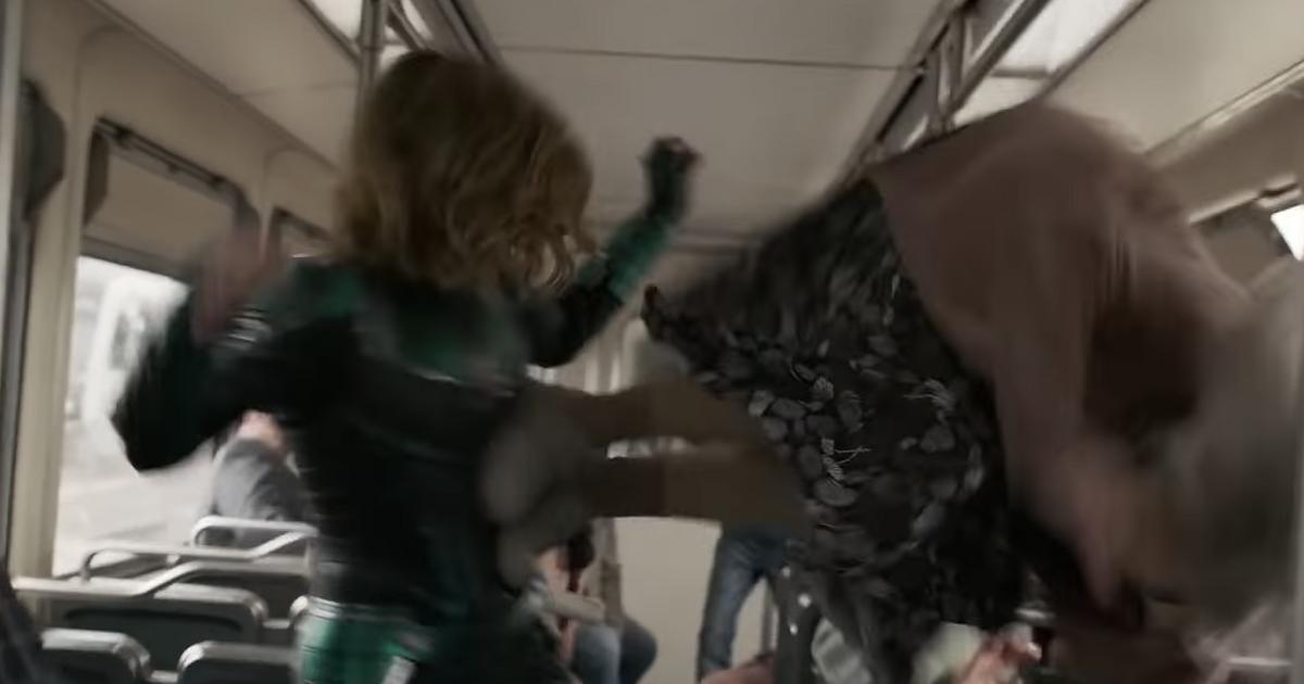 """Im 2. """"Captain Marvel""""-Trailer legt sich die Heldin mit einer Oma an"""