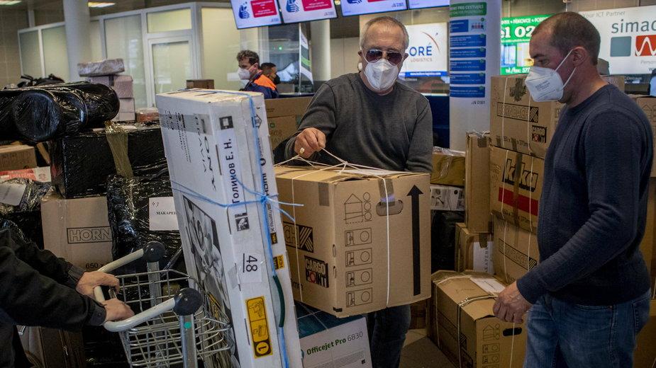 Wydaleni rosyjscy dyplomaci szykują się do wylotu z lotniska w Pradze