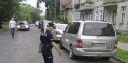 Policjanci zatrzymali ruch, by ratować kaczą rodzinę