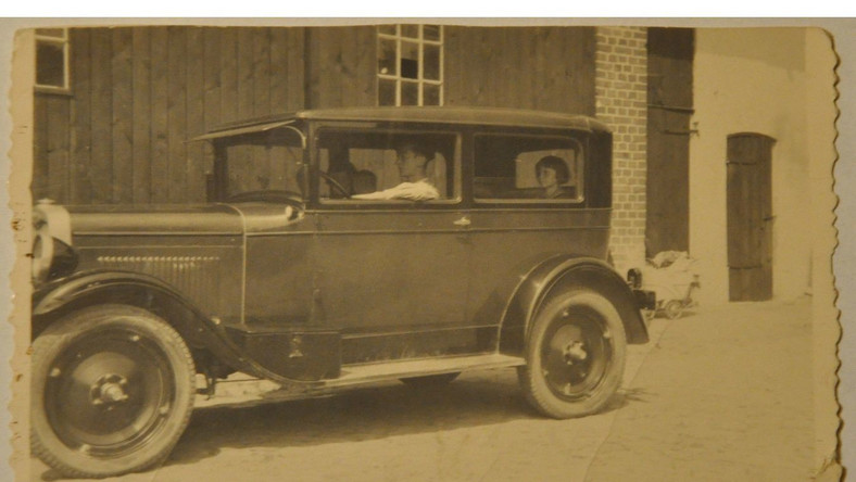 Chevrolet typ AB z 1928 roku, za kierownicą Jerzy Jagodziński, zdjęcie wykonane w Koźminie Wlkp. w 1939 roku