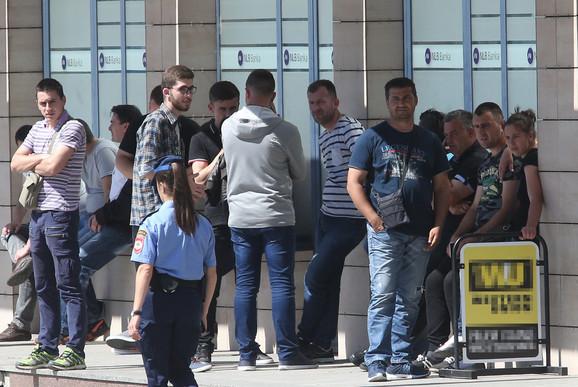 Gužva ispred slovenačkog konzulata u Banjaluci