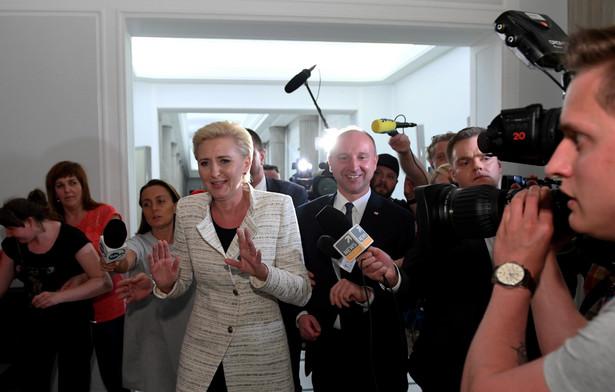Pierwsza Dama - Agata Kornhauser-Duda i podsekretarz stanu w Kancelarii Prezydenta RP Wojciech Kolarski po spotkaniu z protestującymi.