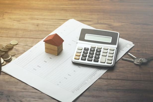 Spór dotyczy tego, czy spłata kredytu z pieniędzy uzyskanych ze sprzedaży starego mieszkania jest wydatkiem na własny cel mieszkaniowy