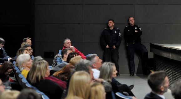 Policajci nagledali zatvorenike