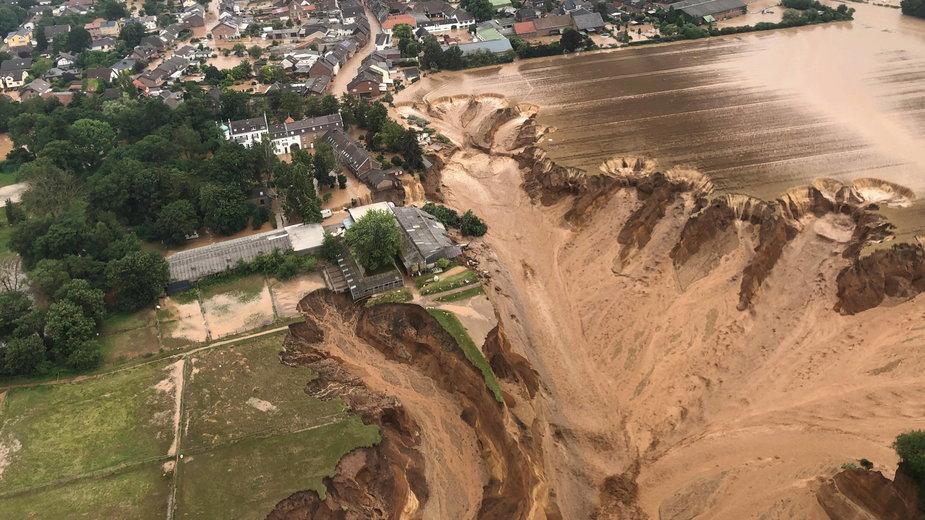 Skutek powodzi w Erftstadt-Blessem w Niemczech