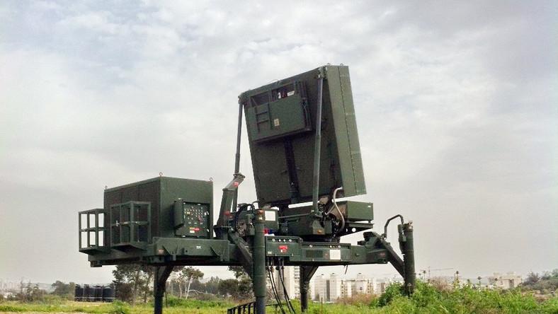 Iron Dome został opracowany przez Rafael Advanced Defense Systems. Jego przeznaczeniem była ochrona ludności cywilnej przed ostrzałem rakietowym ze Strefy Gazy. Prace nad Iron Dome rozpoczęto po doświadczeniach II wojny libańskiej, w trakcie której na obszar Izraela spadło ponad 4 tys. rakiet. System jest w stanie bronić obszaru o powierzchni ponad 150 km kwadratowych. Przechwytuje pociski artyleryjskie kalibru 155 mm, a także rakiety o zasięgu do 70 km