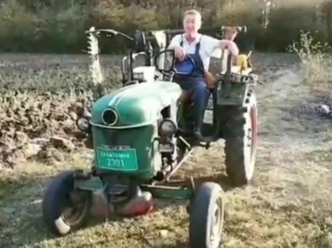 Deda na traktoru oduševio Tviter